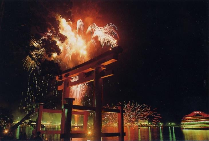 芦ノ湖上を彩る美しい花火