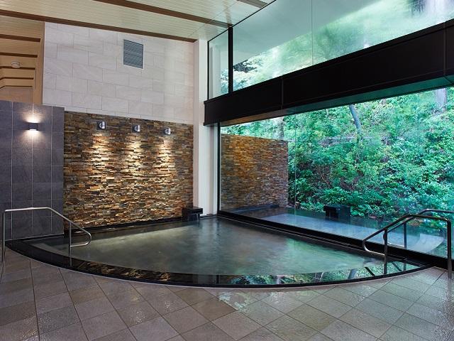 大浴場の浴槽と露天風呂はガラスを隔てて隣り合っていますので開放感は抜群です。