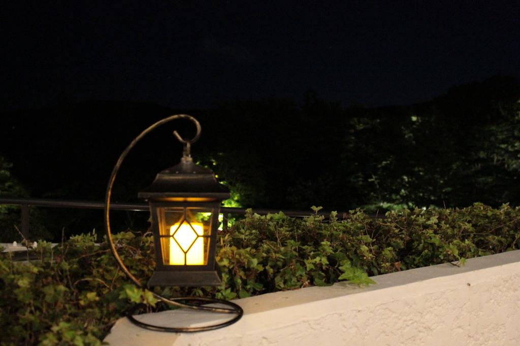 ラウンジテラスに灯るランタン
