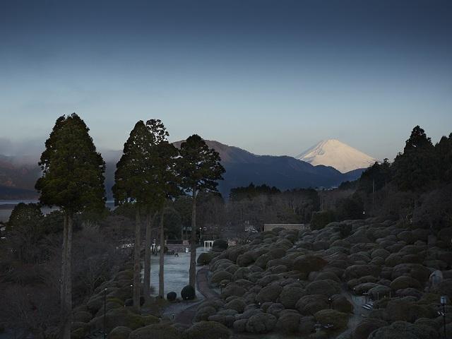 冬ののホテル庭園から見た富士山