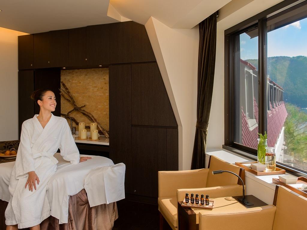箱根の山々の大自然とそれを囲む芦ノ湖が見渡すことの出来る山のホテル自慢のスパ