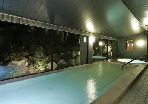 ピクチャーウィンドーを配した大浴場は、室内ながら開放感を感じます。