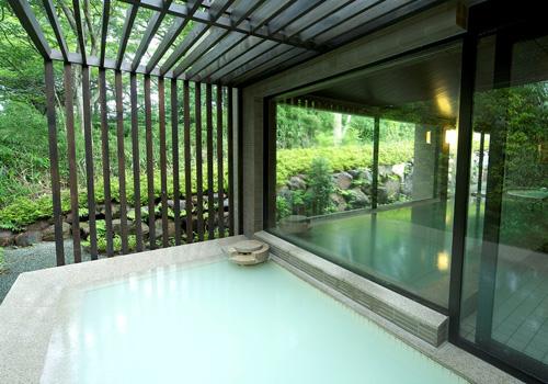 豊な自然に囲まれた温泉大浴場