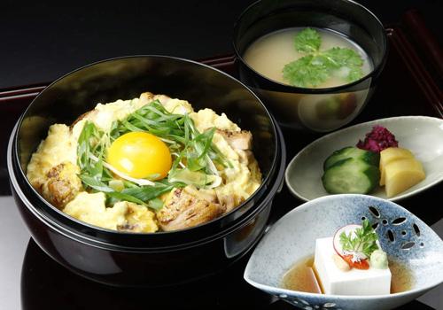 ご昼食は『地養鶏と長寿卵のとろとろ親子丼』を(料理・器はイメージ)