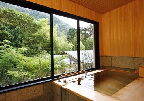庭園側に大きく窓をとった源泉掛け流しの「ひのき風呂」