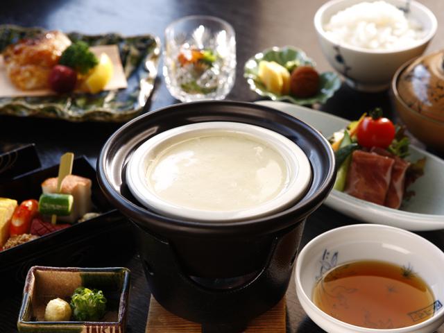 お水にもごだわり、出来立てお豆腐をお召し上がりいただける朝の和食膳「須雲の朝」(料理・器はイメージ)