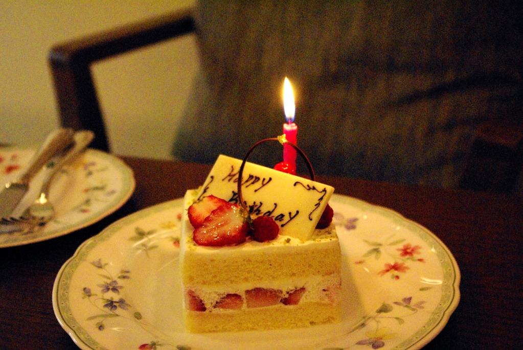 サロン・ド・テ ロザージュ特製のアニバーサリーケーキ。二人の記念日を華やかに演出します。(画像はイメージ)