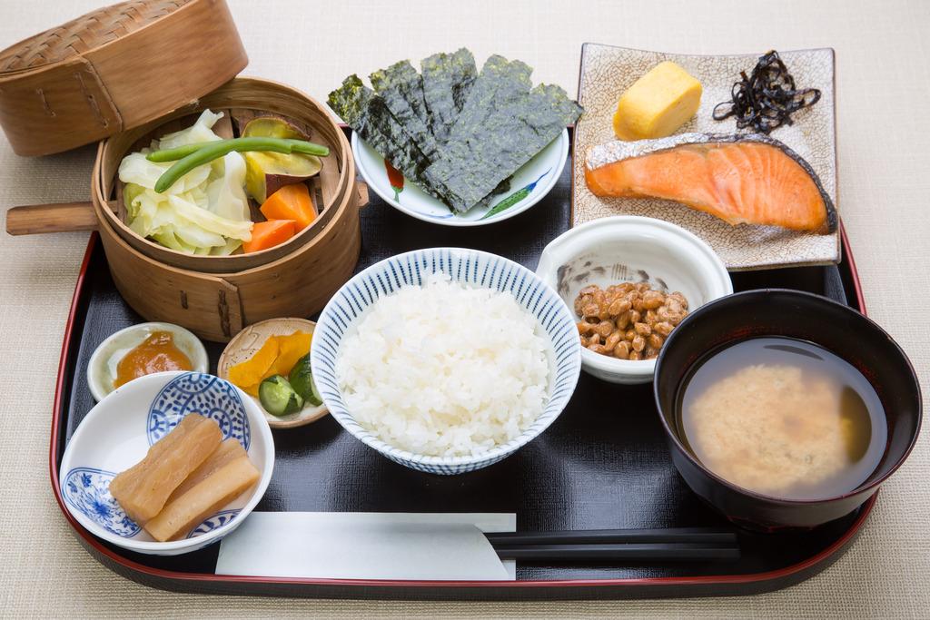 ごはんは長野県塩尻産無農薬米、卵焼きは山形県産紅花飼育鶏の卵を使用したボリューム満点の和食!