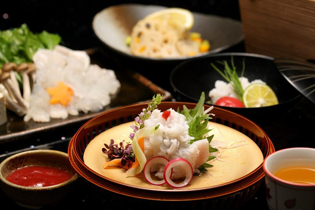 湯引きは梅肉で。他にも3品の鱧料理付き