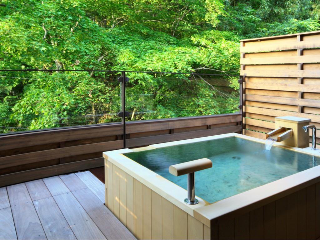 ■源泉掛け流し露天風呂付き客室■眺めのいい最上階のお部屋。気兼ねなく温泉を楽しんでいただけます。