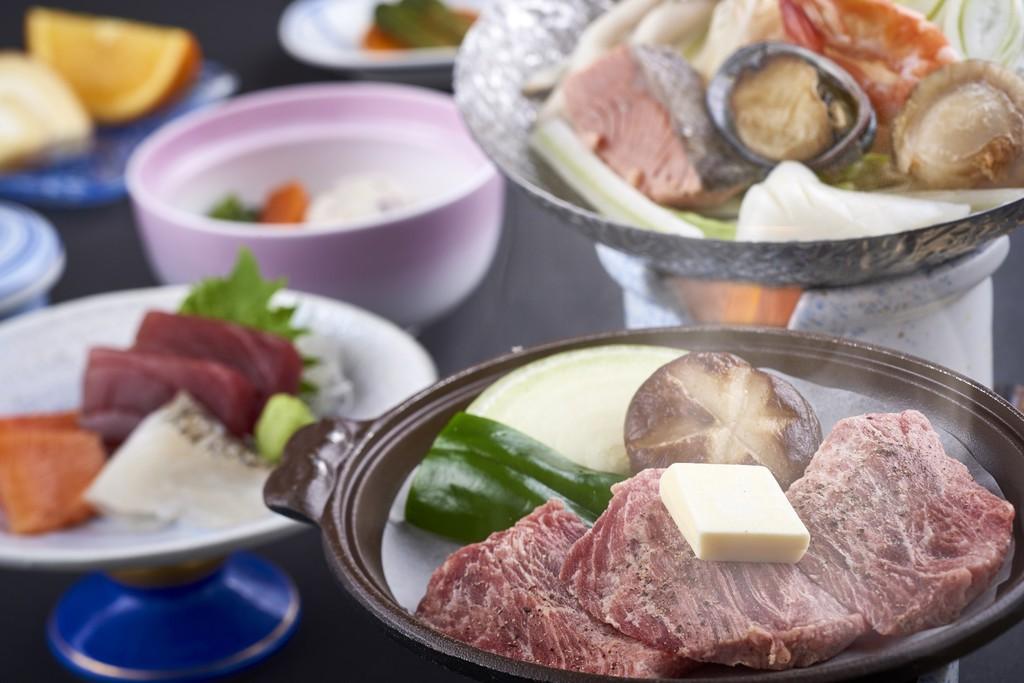 牛肉陶板焼きと鮑入り海鮮鍋の付いた会席料理