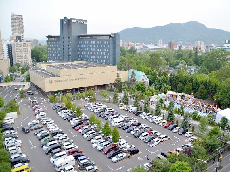 200台以上収容可能な青空駐車場は市内ホテルでも有数の広さ