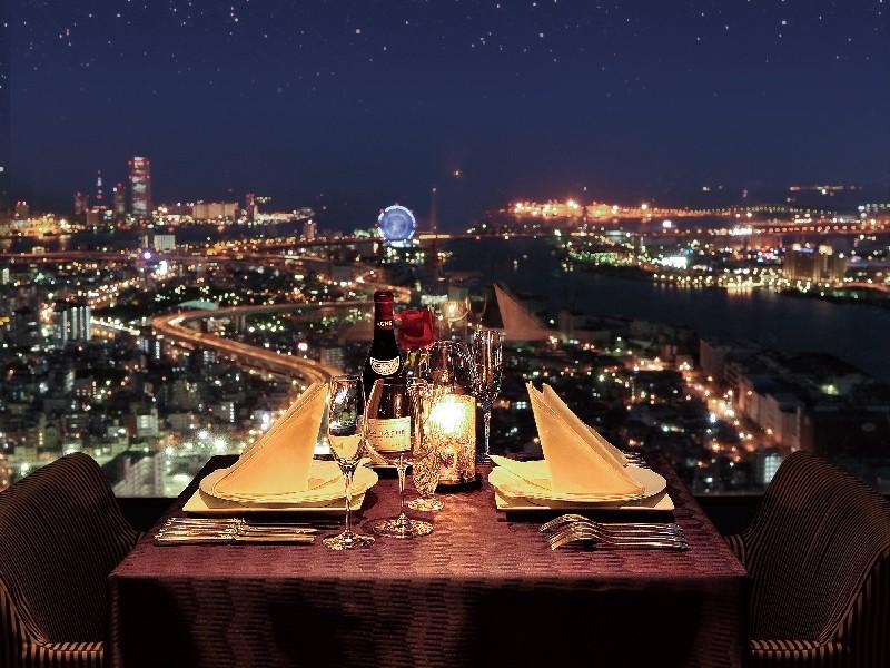 最上階51階「スカイラウンジ エアシップ」では夜景とともにお楽しみいただけます。