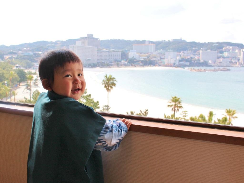 海を背景に小さな浴衣姿の記念写真を