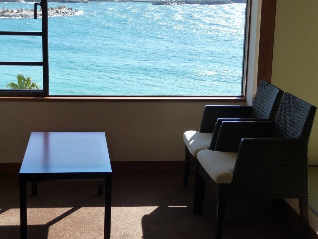 窓の外は白良浜の白い砂と青のコントラスト