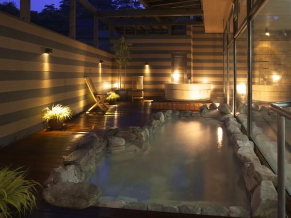 3つの浴槽のある露天風呂 泉