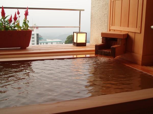 源泉掛け流しの露天風呂客室のお風呂