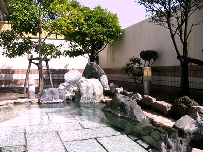 源泉かけ流し天然温泉の大浴場
