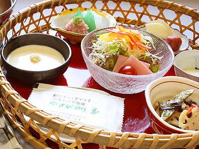 源泉で造った自家製温泉卵など竹篭に美しく盛り込んだご朝食