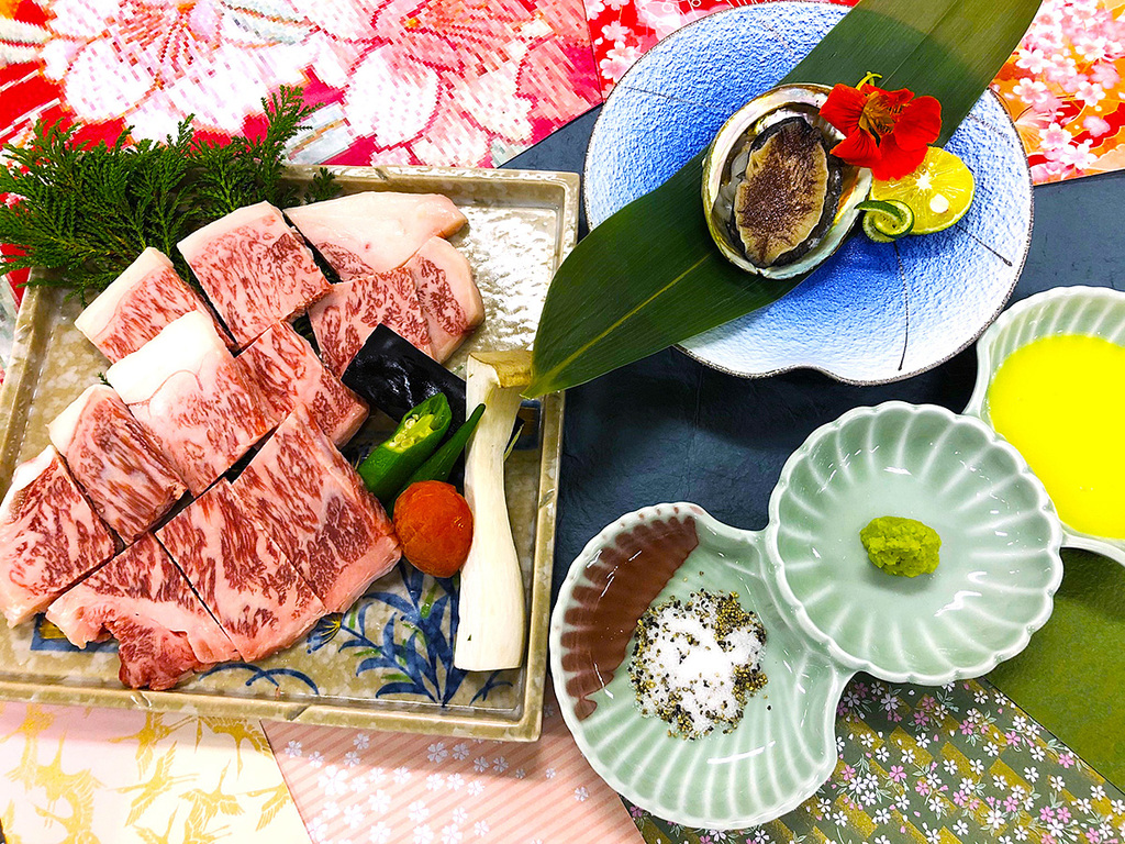 「最上級A5ランク鳥取和牛と鮑の陶板焼き」