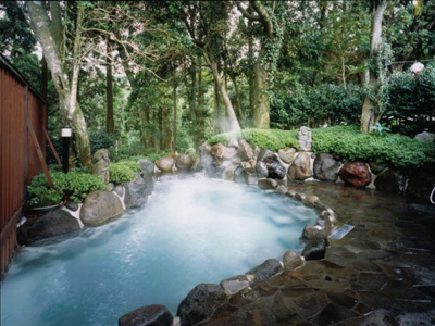 森林の香りと野鳥のさえずりに包まれた天然温泉 露天風呂