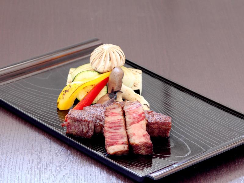 上質な脂身と綺麗な赤身が自慢の【信州牛のステーキ】