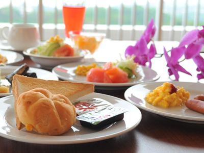 和洋そろった朝食バイキング