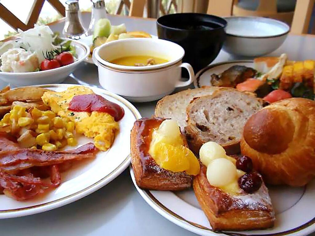 【朝食】和食・洋食をお客様の代わりにスタッフが小皿などに入れ提供いたします。(カフェテリア方式)