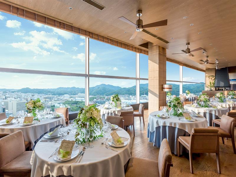 17階レストランにて眺望を楽しみながら朝食をどうぞ