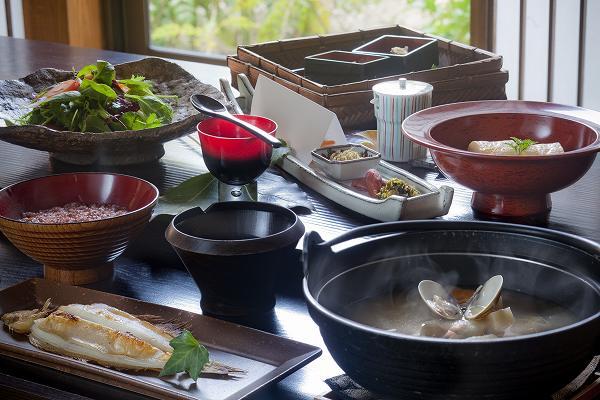 人気の朝ごはんは古代赤米のおかゆなど