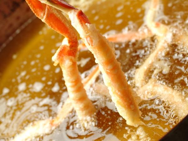 揚げたて熱々カニ天ぷらは甘くて食べる手が止まらない一品[一例]