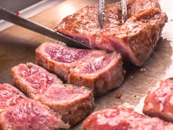ジューシーな牛肉鉄板焼も目の前で焼きあげます[一例]
