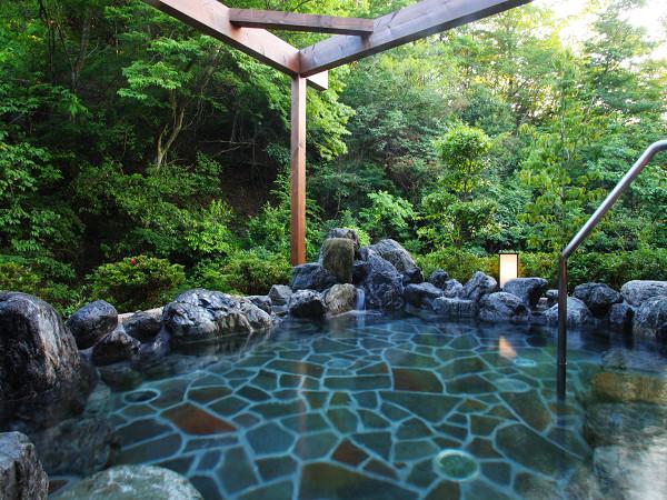 森林浴と温泉浴が一度に楽しめる露天風呂でのんびり温浴
