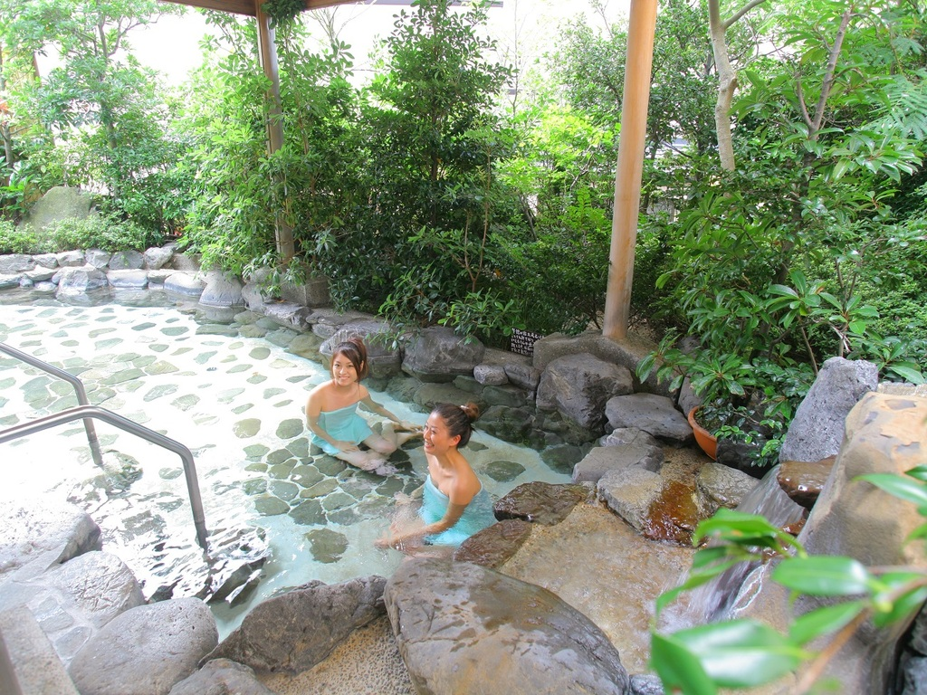 露天風呂を満たす夕日ヶ浦温泉で疲れをリセット