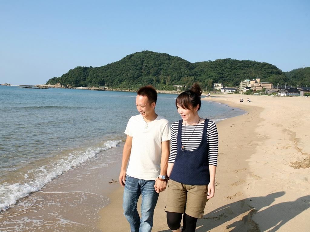 二人で浜辺までお散歩