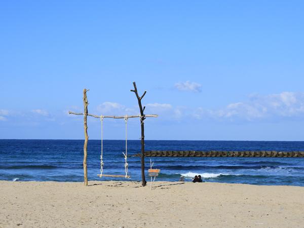 シーズンオフの静かな海岸をゆったり散歩