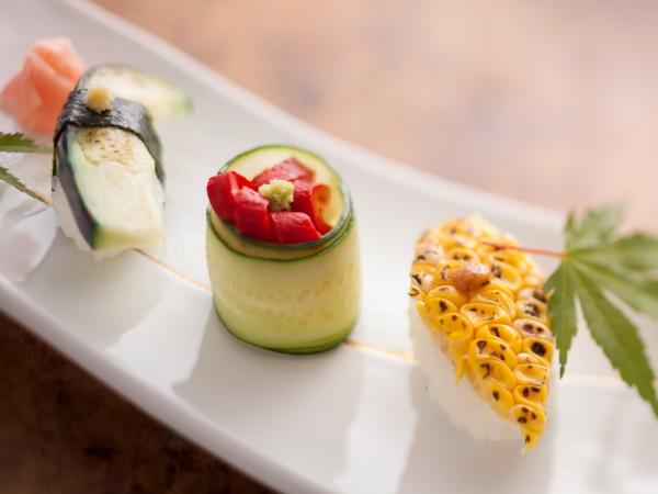 料理を彩る夏野菜のヘルシーお寿司