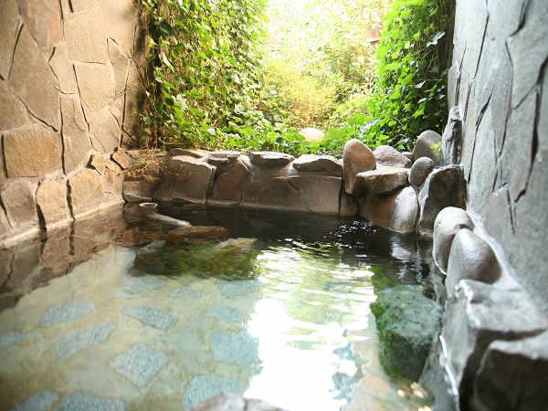 新緑を望む貸切風呂で美人の湯を堪能しませんか