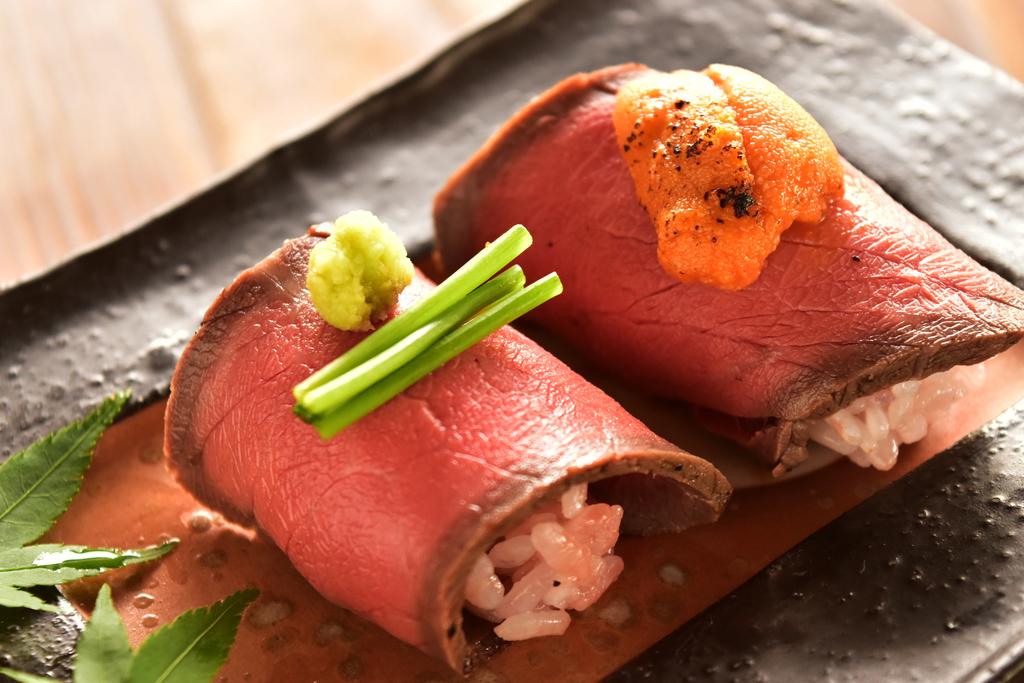 京都牛の寿司も食べ比べ うにく&ローストビーフ寿司