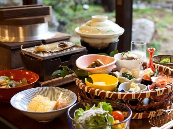 自慢の朝食は、体に優しい和食の個人膳をご用意[一例]
