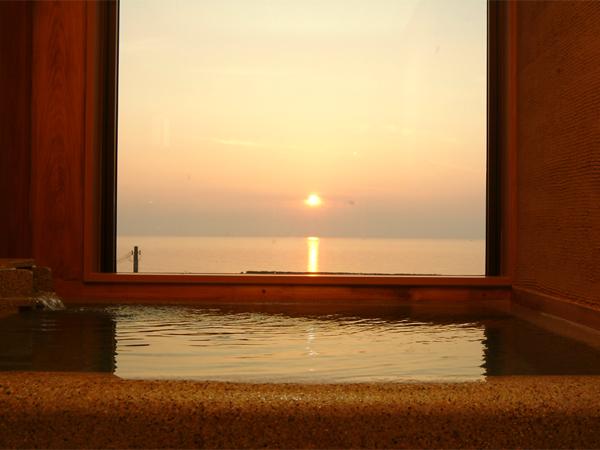海と温泉のプライベート空間で夕日を独り占めで満喫も