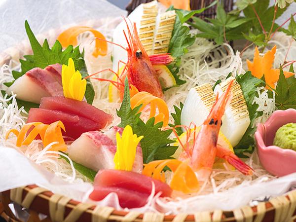 たっぷりのカニ料理の合間に、新鮮魚介の造りでカニ(箸)休め[一例]
