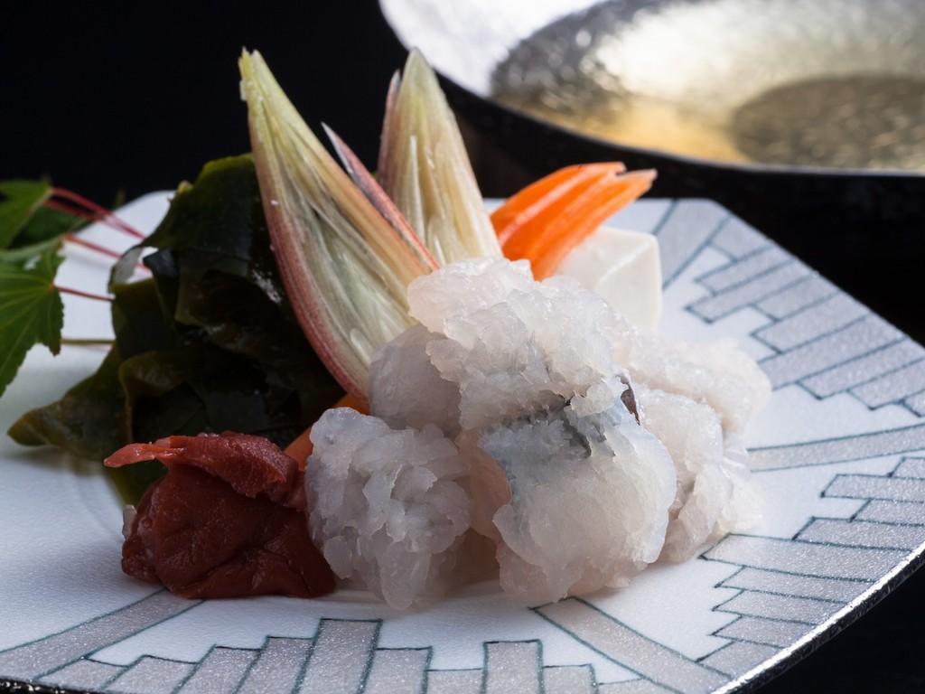 美しく盛り付けた前菜に地魚など料理長こだわりの月会席[一例]