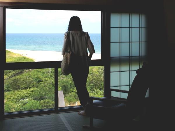 日本海を見下ろす絶景客室で過ごす20時間ステイ [海側客室一例]