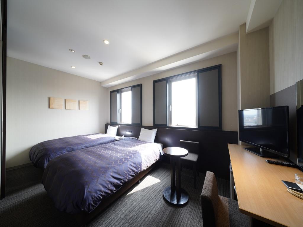 24�uの広々としたデラックスツインルーム。高級ベッドメーカー『シモンズベッド』の上質な寝心地をお楽しみください。