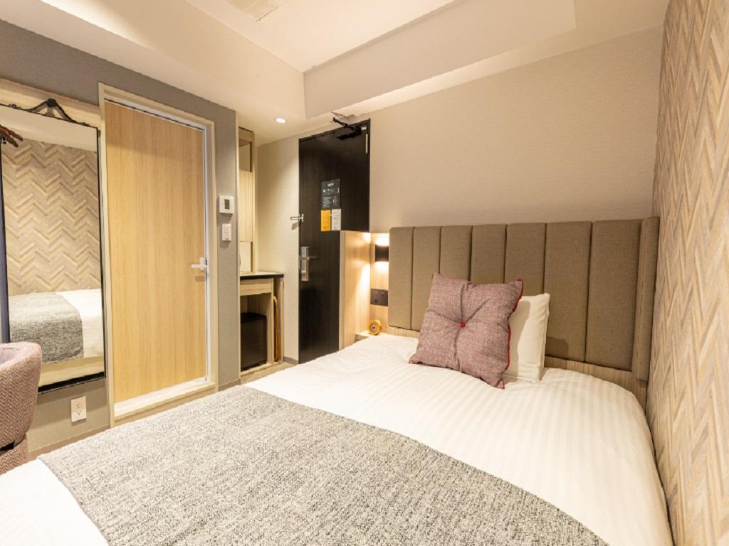 140cm幅のダブルサイズベッドの寝心地は、旅の疲れを癒します。