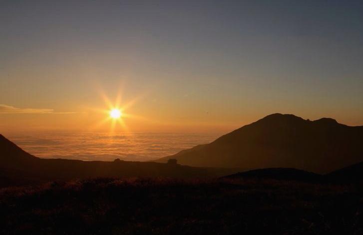 雲海に沈む美しい夕陽(イメージ)