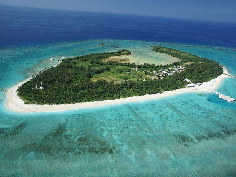 三日月形をした通称「クロワッサンアイランド」水納島