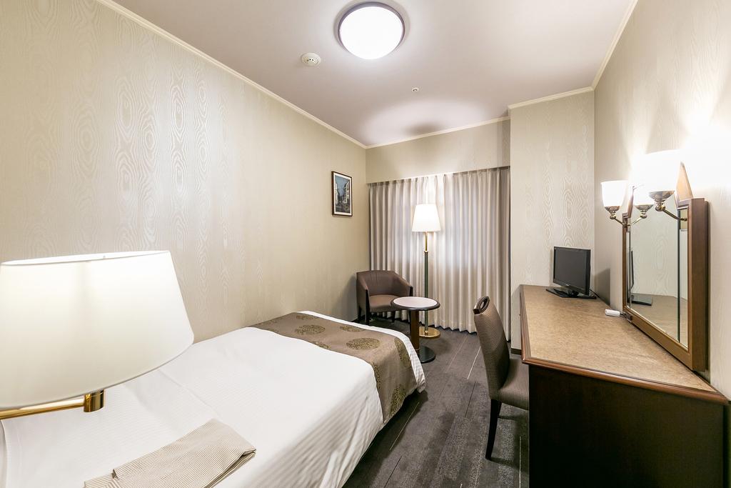 広さ17.9�u。120�p幅のセミダブルベッドが一つ入ったお部屋。