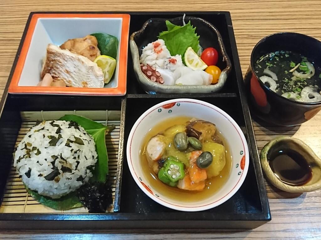 新鮮な魚料理がメインの豪華和食弁当<br>(料理内容・盛り付けは一例です)